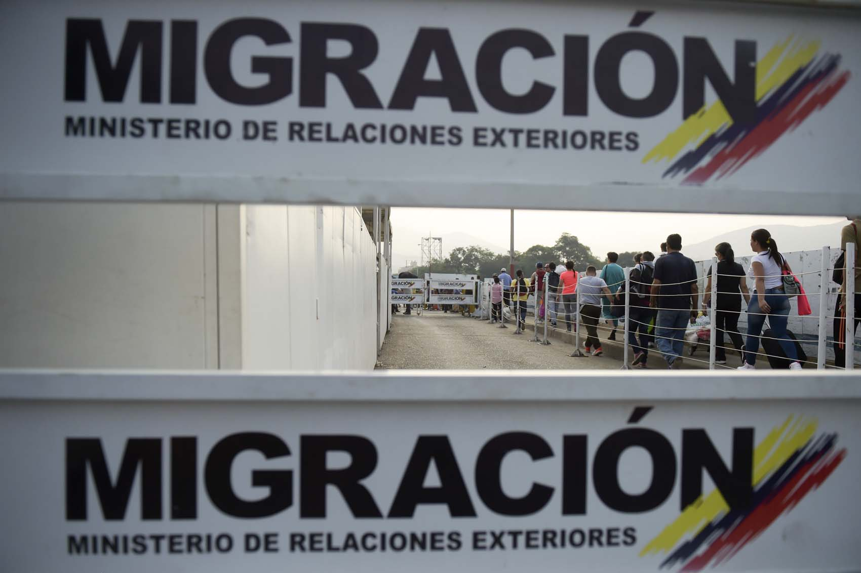 People queue at the Colombian migration office on the Simon Bolivar International Bridge on the border between the Colombian city of Cucuta and the Venezuelan Tachira, on February 5, 2019. - The US and other countries have pledged humanitarian aid for Venezuela's opposition leader Juan Guaido's alternative administration, though it remains to be seen where and how it can enter the country without the military's support. The young lawmaker accused the military of planning to divert aid being stockpiled in Colombia, Brazil and an unidentified Caribbean island, in order to distribute it through the socialist government's subsidized food program for supporters. (Photo by Raul ARBOLEDA / AFP)