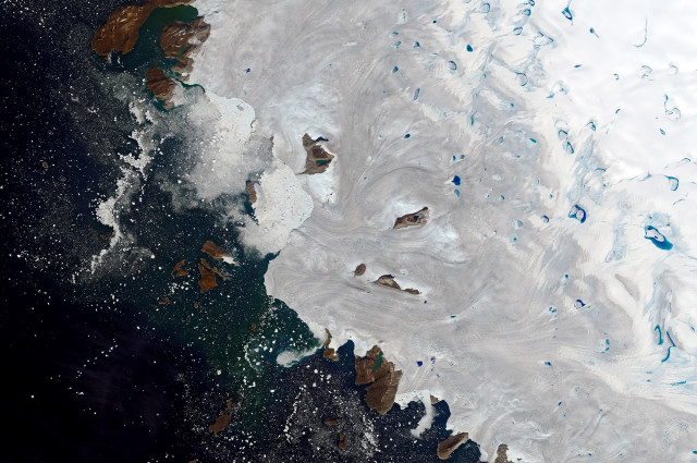- (Greenland), 30/07/2019.- A handout photo made available by NASA Earth Observatory of a satellite image showing meltwater ponding in northwest Greenland near the ice sheet's edge, 30 July 2019 (issued 02 August 2019). In late July 2019, a major melting event spread across the Greenland Ice Sheet. Billions of tons of meltwater streamed into the Atlantic Ocean throughout the month, making a direct and immediate contribution to sea level rise. (Groenlandia) EFE/EPA/NASA EARTH OBSERVATORY HANDOUT HANDOUT EDITORIAL USE ONLY