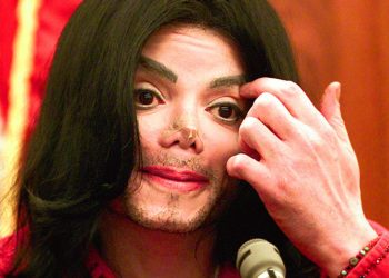 Michael Jackson testifies in Santa Barbara County Superior Court, Wednesday, Nov 13, 2002 in Santa Maria, Calif. Jackson took the witness stand Wednesday in a $21 million lawsuit by Marcel Avram, his longtime promoter, that accuses the singer of backing out of two millennium concerts. (AP Photo/Spencer Weiner, pool) *** Local Caption *** CANTANTE MICHAEL JACKSON DURANTE JUICIO