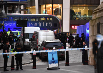 Police gather near The Monument in central London, on November 29, 2019, after reports of shots being fired on London Bridge. - Armed police shot a man on London Bridge following a stabbing incident on Friday in which several people were believed to have been injured, reviving memories of a terror attack two years ago in which eight were killed. (Photo by Ben STANSALL / AFP)