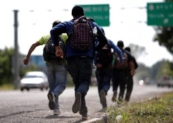 Men belonging to a caravan of migrants from El Salvador en route to the United States, run after they perceive the presence of police at the entrance of Tecun Uman, Guatemala, November 1, 2018. REUTERS/Ueslei Marcelino