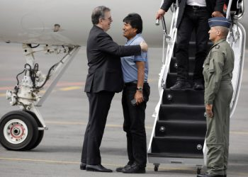 Bolivia's ousted President Evo Morales is welcomed by Mexico's Foreign Minister Marcelo Ebrard during his arrival to take asylum in Mexico, in Mexico City, Mexico, November 12, 2019. REUTERS/Luis Cortes