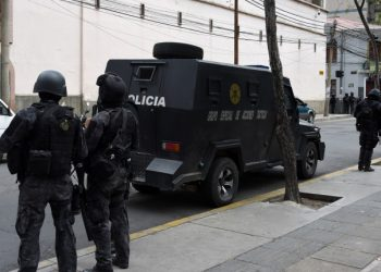 Riot police patrol the surroundings of the San Pedro prison during a riot in demand of the resignation of prisons' director Ernesto Vergara in La Paz on November 12, 2019. - Bolivia's Evo Morales was en route to exile in Mexico on Tuesday, leaving behind a country in turmoil after his abrupt resignation as president. The senator set to succeed Morales as interim president, Jeanine Anez, pledged to call fresh elections to end the political crisis. (Photo by AIZAR RALDES / AFP)