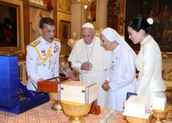 Pope Francis and his cousin Sister Ana Rosa Sivori exchange gifts with Thailand's King Maha Vajiralongkorn and Queen Suthida during his visit to Bangkok, Thailand, November 21, 2019. Picture taken November 21, 2019. Thailand Royal Household/Handout via REUTERS  ATTENTION EDITORS - THIS IMAGE HAS BEEN SUPPLIED BY A THIRD PARTY. NO RESALES. NO ARCHIVES