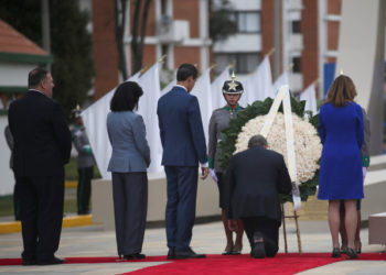 Colombia's President Ivan Duque kneels next to U.S. Secretary of State Mike Pompeo, Venezuelan opposition leader Juan Guaido, Colombia's Vice President Marta Lucia Ramirez and Colombia's Foreign Minister Claudia Blum as they lay a wreath in honour of the cadets killed in the 2019 car bomb attack at Santander General School, in Bogota, Colombia January 20, 2020. REUTERS/Luisa Gonzalez