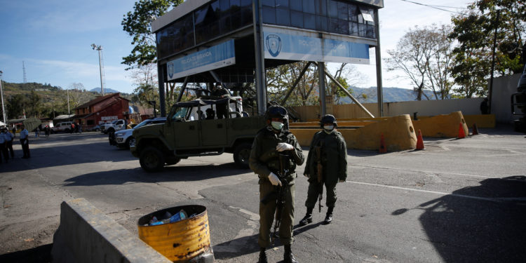 Members of the Bolivarian army stand at a checkpoint in response to the spread of coronavirus disease (COVID-19) in Caracas, Venezuela March 16, 2020. Picture taken March 16, 2020. REUTERS/Manaure Quintero