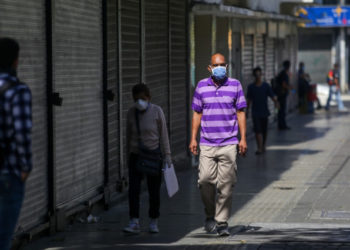 "People wear face masks as a precautionary measure against the spread of the new coronavirus, COVID-19, in Caracas, on March 16, 2020. - Venezuelan President Nicolas Maduro ordered on Sunday a ""collective quarantine"" in seven states, including the capital Caracas, from Monday to stem the spread of the new coronavirus pandemic. (Photo by Cristian Hernandez / AFP)"