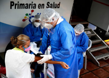 Venezuelan citizens await for medical attention at the town hall of Cali, Colombia, 13 April 2020, during a health and identification day for 200 Venezuelans who will leave by bus from Cali to the Cucuta border tomorrow to return to their country. EFE/ Ernesto Guzmán Jr