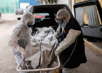 Mortuary workers move the body of a COVID-19 victim at a crematorium in Cuautitlan Izcalli, Mexico State, on April 23, 2020. - By Wednesday, Mexico had registered 10,500 coronavirus cases and just under 1,000 deaths. (Photo by PEDRO PARDO / AFP)