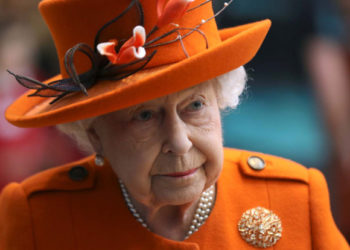 Britain's Queen Elizabeth II gestures during a visit to the Science Museum in London on March 7, 2019. (Photo by SIMON DAWSON / POOL / AFP)