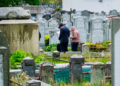 Queens (United States), 11/05/2020.- People read prayers at a graveside at Mt Judah Cemetery in Queens, New York, USA, 11 May 2020. As of Sunday 10 May, New York City has recorded nearly 14,800 COVID-19 deaths that were confirmed by lab testing, but there were also nearly 5,200 additional deaths suspected to be connected to the coronavirus. According to a United States Centers for Disease Control and Prevention report released today, there were 24,000 more deaths in New York City than normally reported between mid-March and May. (Estados Unidos, Nueva York) EFE/EPA/JUSTIN LANE