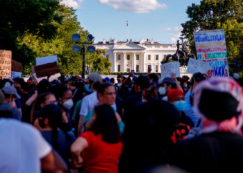 Washington (United States), 31/05/2020.- People, who gathered to protest the death of George Floyd, face off with police near the White House in Washington, DC, USA, 31 May 2020. A bystander's video posted online on 25 May, shows George Floyd, 46, pleading with arresting officers that he couldn't breathe as one officer knelt on his neck. The unarmed black man soon became unresponsive, and was later pronounced dead. According to news reports on 29 May, Derek Chauvin, the police officer in the center of the incident has been taken into custody and charged with murder in the George Floyd killing (Protestas, Estados Unidos) EFE/EPA/SHAWN THEW