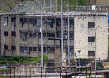 The partially destroyed facilities by gunfire of 'El Rodeo' prison is seen in Guatire outside Caracas June 19, 2011. The prisoners are being moved as gunbattles between inmates have killed at least 25 people in the latest riots to rock the overcrowded prison system. President Hugo Chavez's government announced this week a new Prisons Ministry to try to control chaos inside jails where inmates traffic drugs, carry guns, mastermind crime outside via telephones and control whole blocks by themselves. REUTERS/Carlos Garcia Rawlins (VENEZUELA - Tags: POLITICS CRIME LAW)
