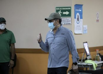 """Handout picture released by the Honduran Presidency showing Honduras' President Juan Orlando Hernandez giving a thumb up as he leaves the Military Hospital after being discharged after recovering from the novel coronavirus COVID-19, in Tegucigalpa on July 2, 2020. - Hernandez had been admitted to hospital on June 17, 2020 after announcing he had contracted the coronavirus. (Photo by - / Honduras' Presidency / AFP) / RESTRICTED TO EDITORIAL USE - MANDATORY CREDIT """"AFP PHOTO / HONDURAS PRESIDENCY"""" - NO MARKETING - NO ADVERTISING CAMPAIGNS - DISTRIBUTED AS A SERVICE TO CLIENTS"""