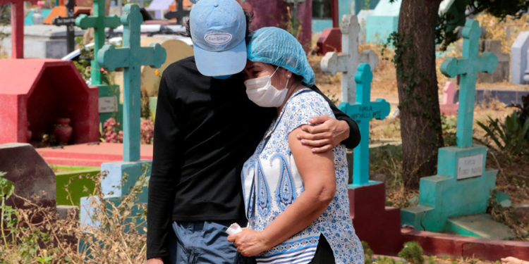 "People attend the burial of a man suspected to have died of the coronavirus disease (COVID-19) at the ""Milagro de Dios"" cemetery in Managua, Nicaragua May 9, 2020. REUTERS/Oswaldo Rivas"