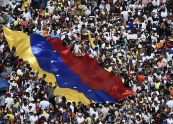 zzzzinte1TOPSHOT - Opposition activists pour to the streets to back Venezuelan opposition leader Juan Guaido's calls for early elections, in Caracas on February 2, 2019. - Tens of thousands of protesters were set to pour onto the streets of Caracas to back self-proclaimed acting president Guaido's calls for early elections as international pressure increased on President Nicolas Maduro to step down. Major European countries have set a Sunday deadline for Maduro to call snap presidential elections. (Photo by Federico PARRA / AFP)zzzz