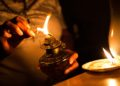 "Venezuelan Elvia Helena Lozano lights a kerosene lamp during a power outage at her home in Caracas on March 9, 2019. - Sunday is the third day Venezuelans remain without communications, electricity or water, in an unprecedented power outage that already left 15 patients dead and threatens with extending indefinitely, increasing distress for the severe political and economic crisis hitting the oil-rich South American nation.   ¿Podrá salvar la comida en la nevera? ¿Cuánto durará el agua que recogió en tobos? ¿Acabará el ""toque de queda"" de la delincuencia en la oscuridad? Son preguntas que atormentan a Yadira mientras espera que el suministro de electricidad sea normalizado en Venezuela. (Photo by Cristian HERNANDEZ / AFP)"