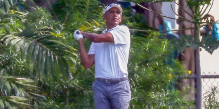 Obama en el campo de golf del Mid-Pacific Country Club en Kailua. Foto captura de video.