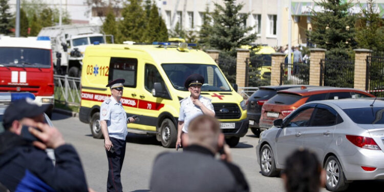 Law enforcement officers and ambulances are seen at the scene of a shooting at School No. 175 in Kazan, the capital of Russia's republic of Tatarstan, on May 11, 2021. (Photo by Roman Kruchinin / AFP)