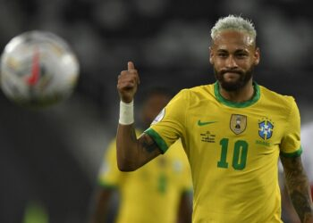 Brazil's Neymar gives the thumb up during the Conmebol Copa America 2021 football tournament group phase match between Peru and Brazil at the Nilton Santos Stadium in Rio de Janeiro, Brazil, on June 17, 2021. (Photo by MAURO PIMENTEL / AFP)