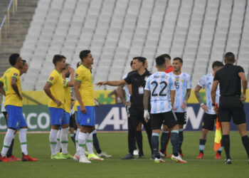 Argentina's (R) and Brazil's players are seen after employees of the National Health Surveillance Agency (Anvisa) entered to the field during the South American qualification football match for the FIFA World Cup Qatar 2022 between Brazil and Argentina at the Neo Quimica Arena, also known as Corinthians Arena, in Sao Paulo, Brazil, on September 5, 2021. - Brazil's World Cup qualifying clash between Brazil and Argentina was halted shortly after kick-off on Sunday as controversy over Covid-19 protocols erupted. (Photo by NELSON ALMEIDA / AFP)